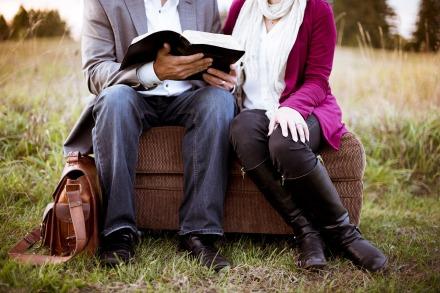 Fonte: https://pixabay.com/pt/photos/sof%C3%A1-casal-menina-grama-homem-1868755/
