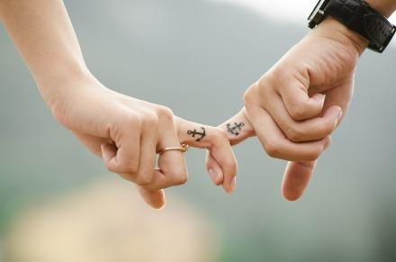 Fonte: https://pixabay.com/pt/photos/m%C3%A3os-amor-casal-juntos-dedos-437968/