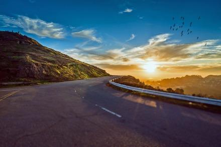 https://pixabay.com/pt/photos/estrada-de-enrolamento-estrada-1556177/