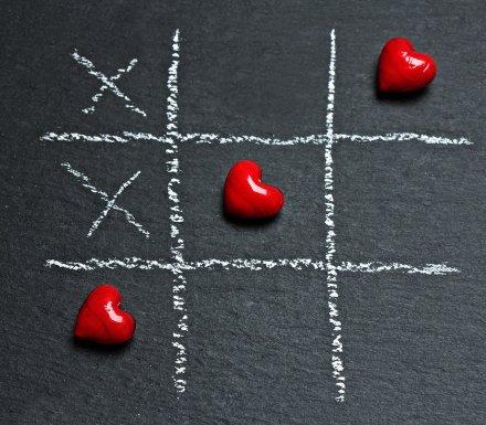 https://pixabay.com/pt/photos/tic-tac-toe-amor-coração-jogar-1777880/