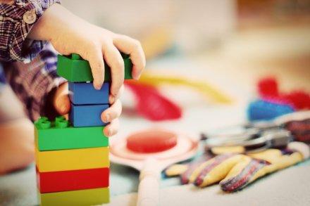 https://pixabay.com/pt/photos/crian%C3%A7a-torre-blocos-de-constru%C3%A7%C3%A3o-1864718/