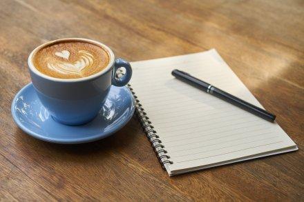 https://pixabay.com/pt/photos/caf%C3%A9-caneta-notebook-cafe%C3%ADna-copa-2306471/